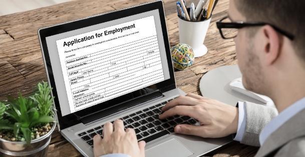 Mężczyzna szuka pracy przez internet
