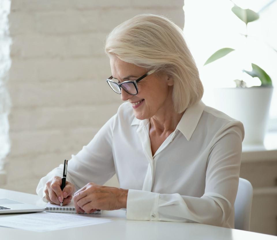 Kobieta wypełnia dokumenty
